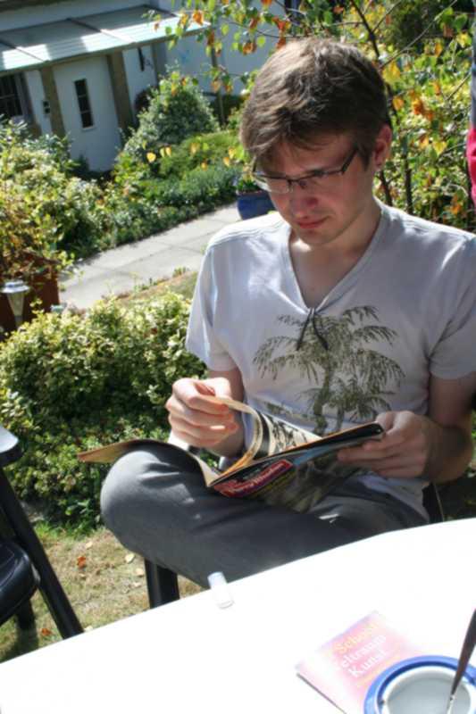 Leif blättert durch ein Perry Rhodan Magazin